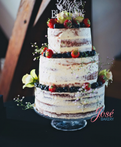 Naked cake met vers fruit, rozen Jose bakery