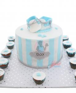 Babyshower taart met schoentjes en mini cupcakes